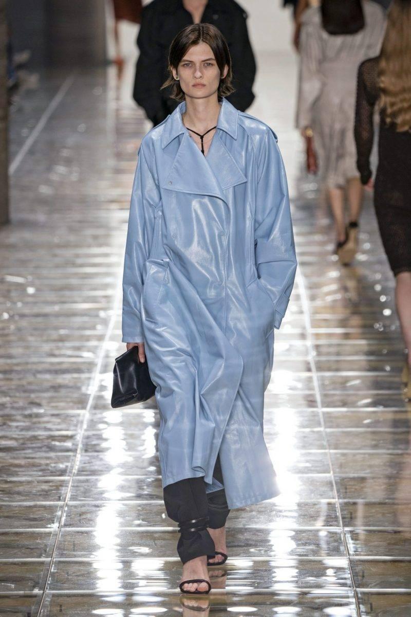 Ljusblå läderkappa från Bottega Veneta