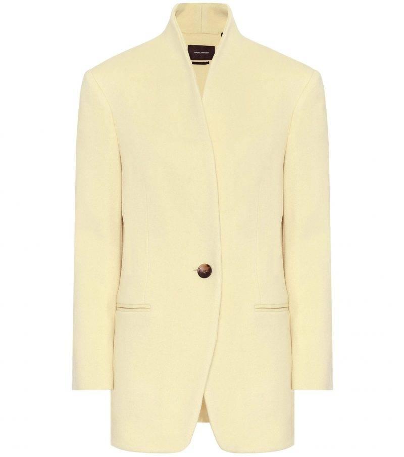 Solskensgul kappa från Isabel Marant. Bär den med ljusa jeans i rak modell för en perfekt vårlook.