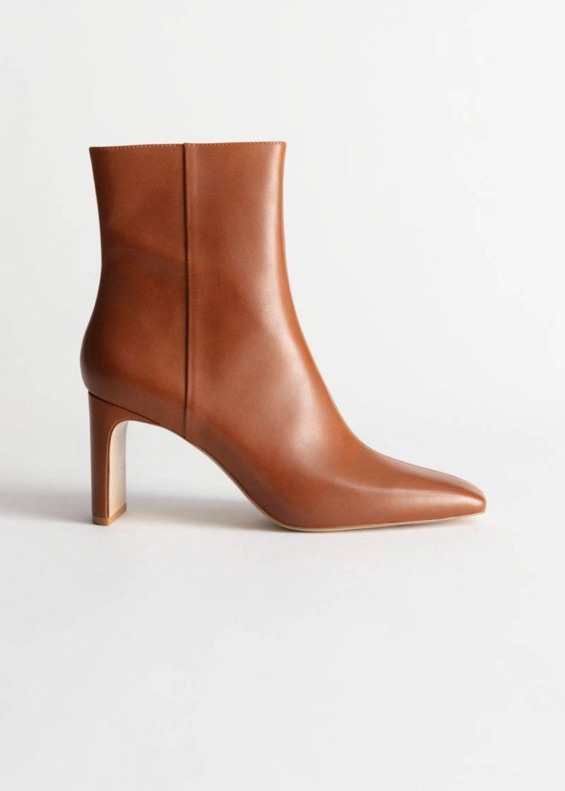 Högklackade boots i en bränd nyans av brun från & Other stories.