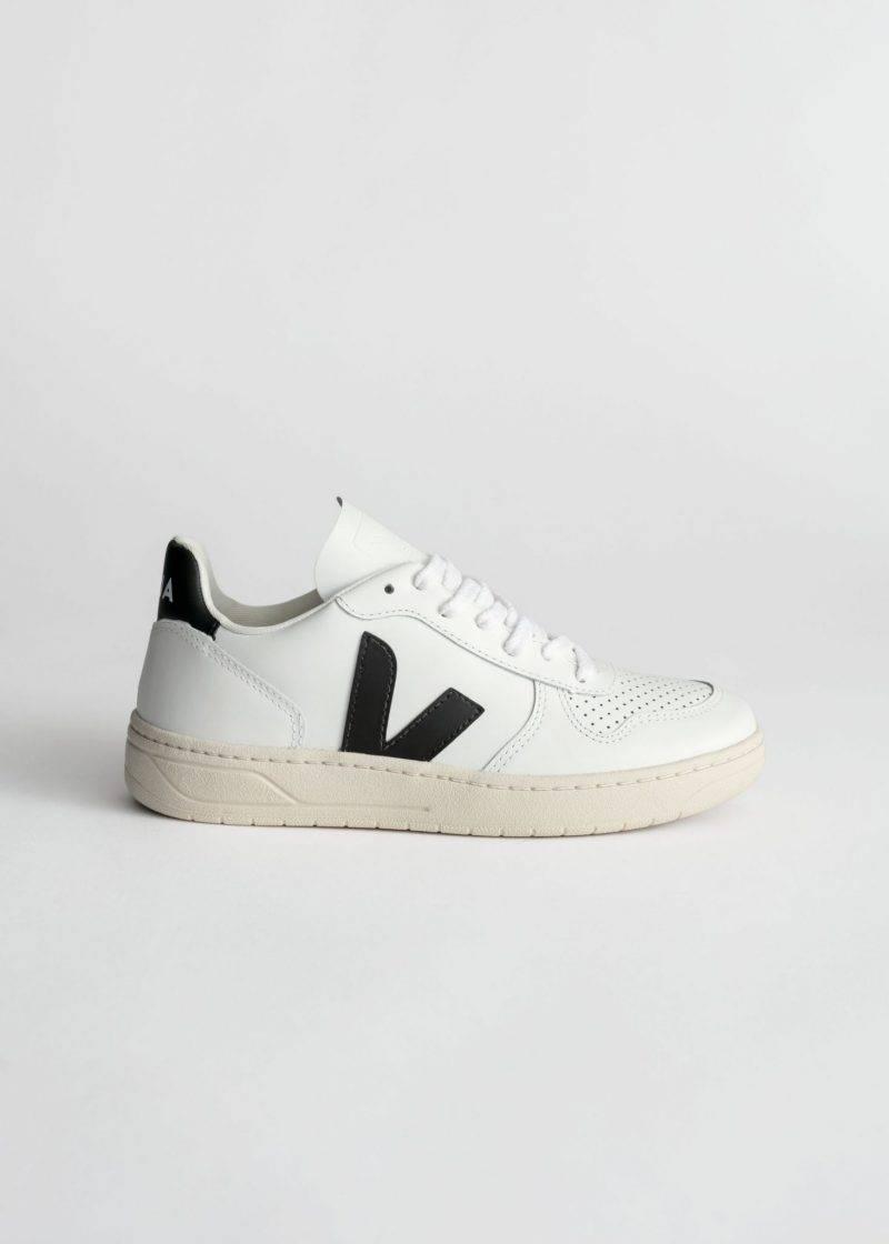 Vita sneakers med svarta detaljer från Veja.