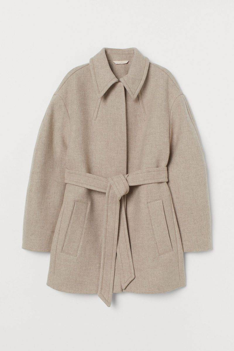 Beige jacka med bälte i midjan från H&M.
