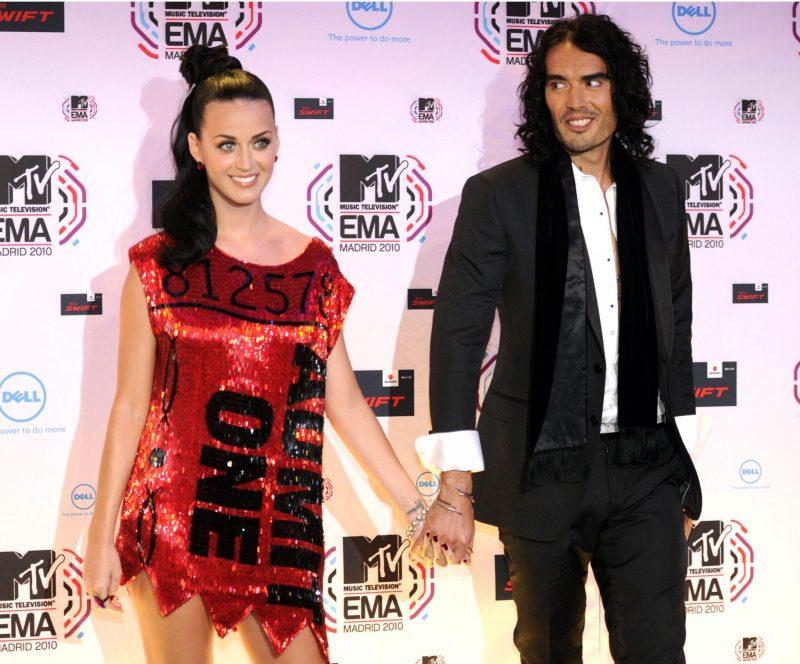 Katy Perry och Russel Brand håller handen på röda mattan.