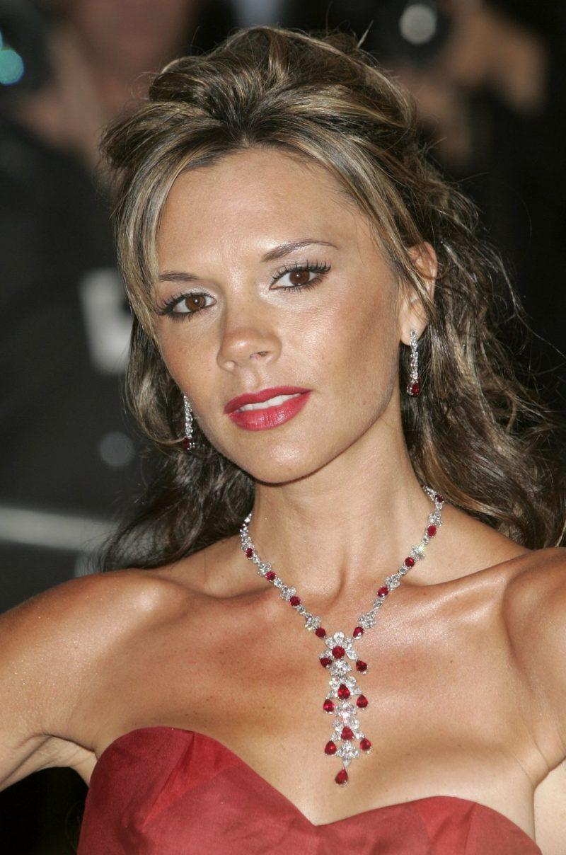 Victoria Beckham med ett gnistrande halsband runt halsen