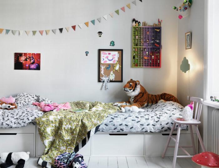 斯德哥尔摩Södermalm时装设计师的儿童房中的图案纺织品