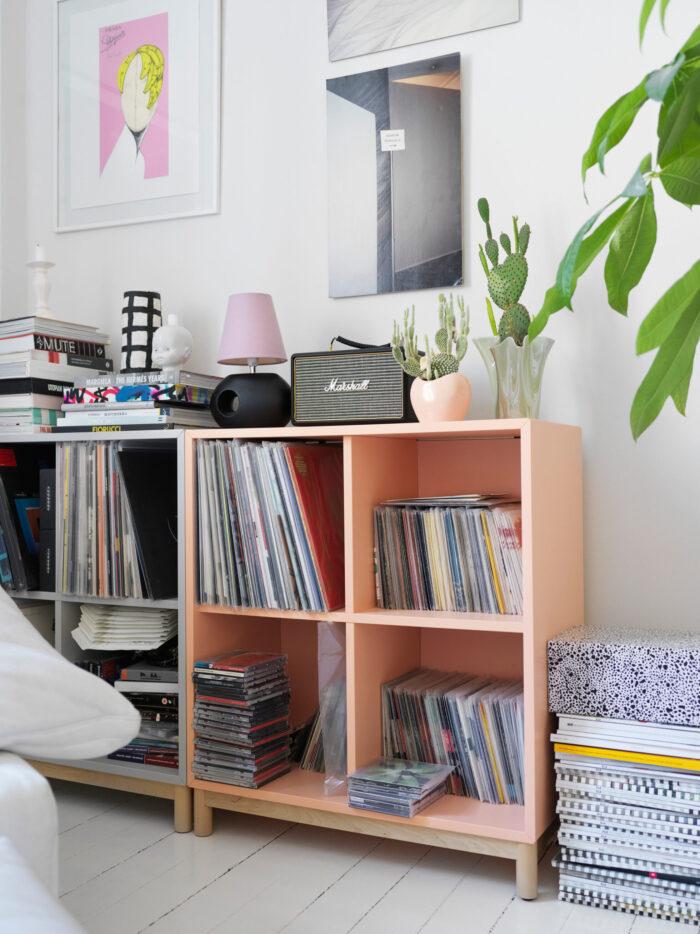 斯德哥尔摩Södermalm时装设计师的黑胶唱片架子