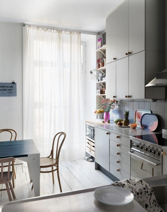 斯德哥尔摩Södermalm时装设计师的灰色厨房