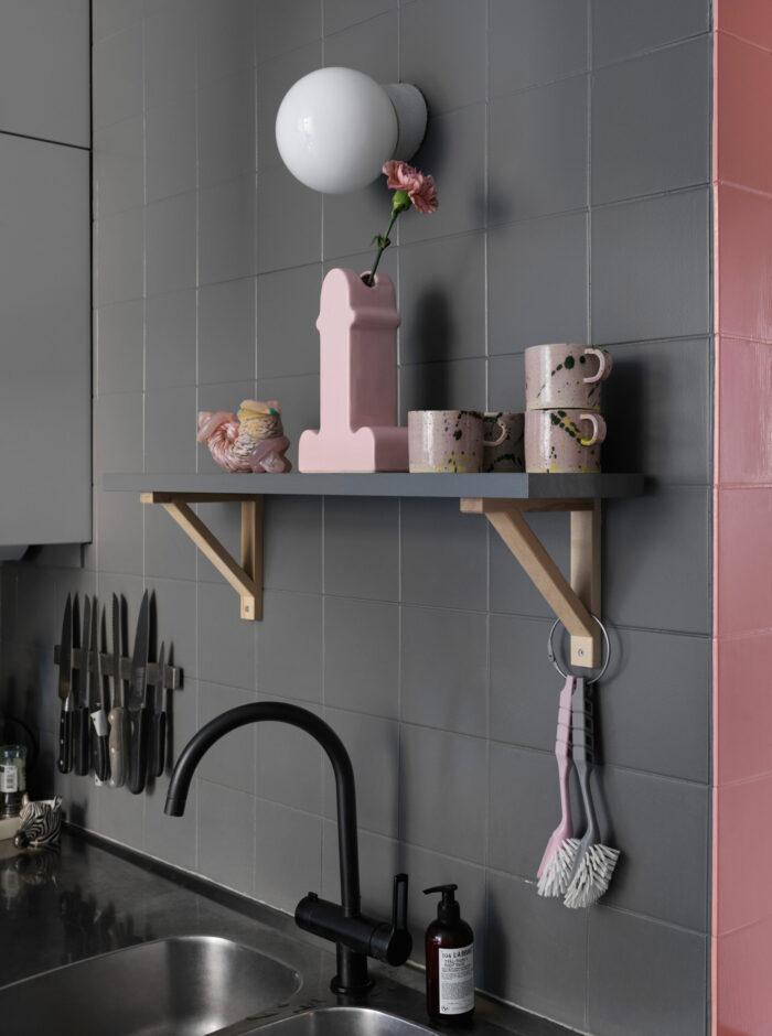斯德哥尔摩Södermalm时装设计师的厨房架子