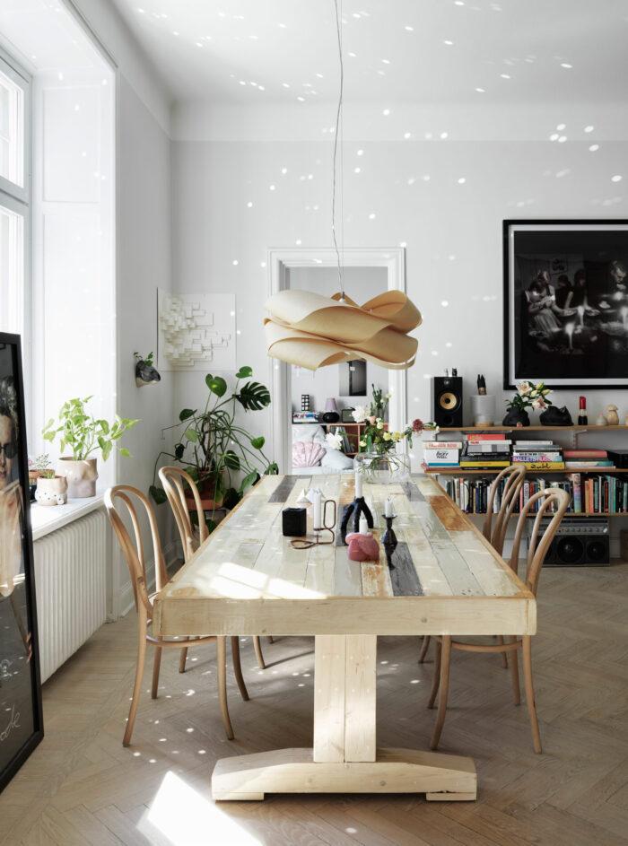 斯德哥尔摩Södermalm时装设计师的木质餐桌,台灯和椅子