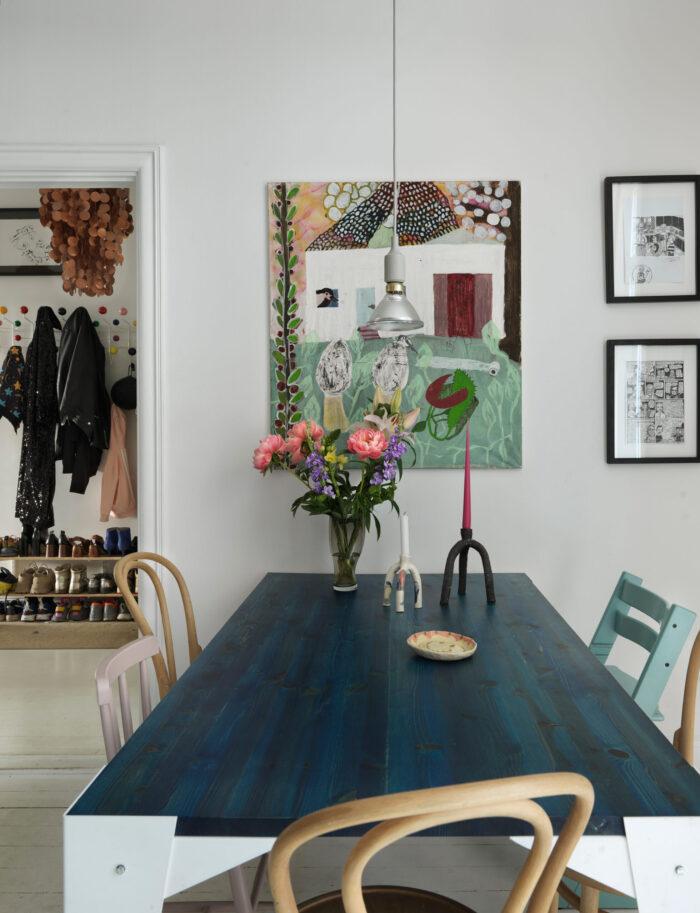 斯德哥尔摩Södermalm时装设计师的多彩艺术和蓝色厨房餐桌