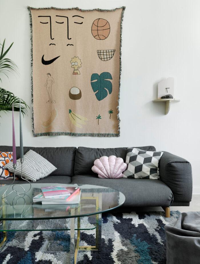 斯德哥尔摩Södermalm时装设计师的灰色沙发