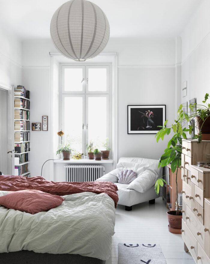 斯德哥尔摩Södermalm时装设计师卧室中的白色和粉色调