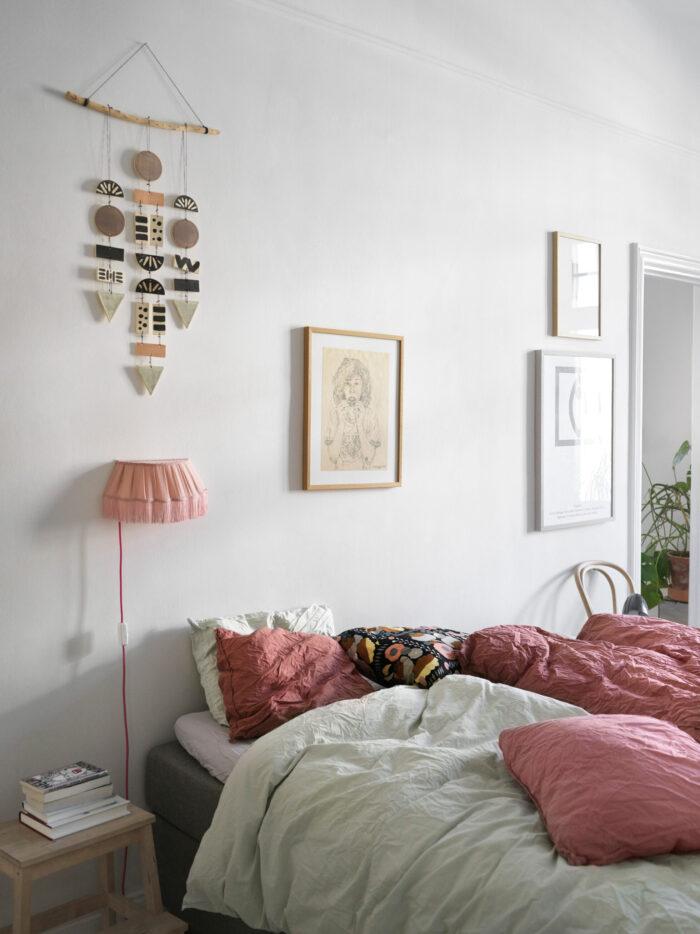 斯德哥尔摩Södermalm时装设计师卧室中的柔和色彩