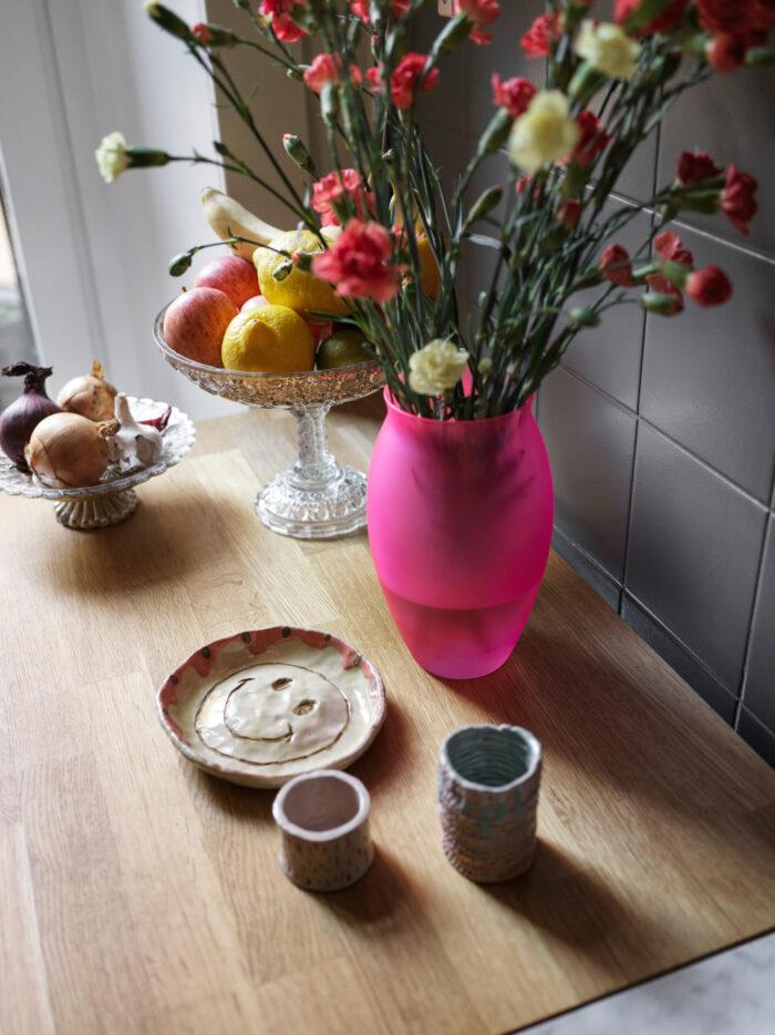 斯德哥尔摩Södermalm时装设计师的花朵和陶瓷静物画