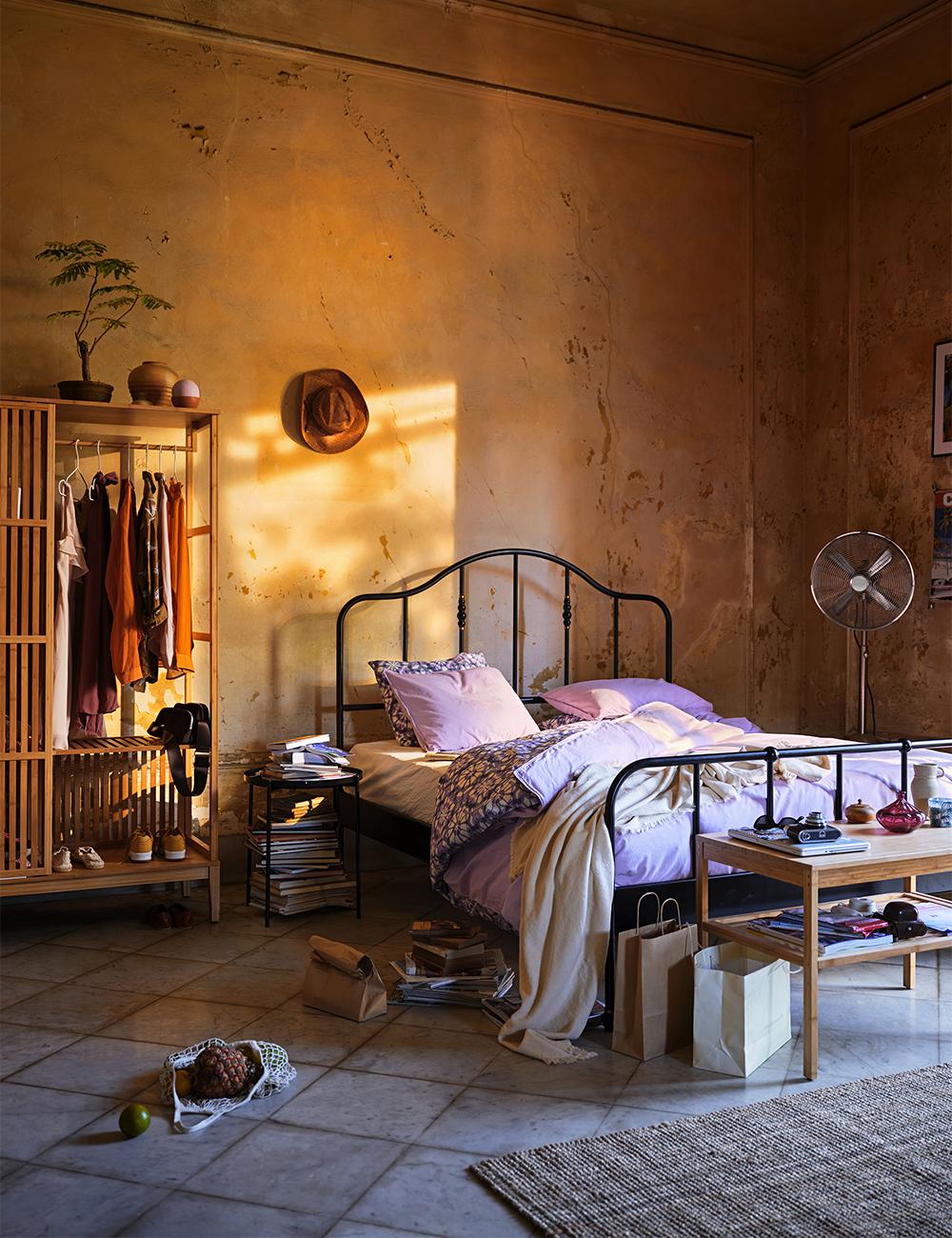 Somrigt sovrum med sängkläder i lila – från Ikea