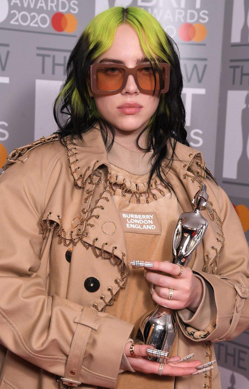 billie eilish i grönt och svart hår