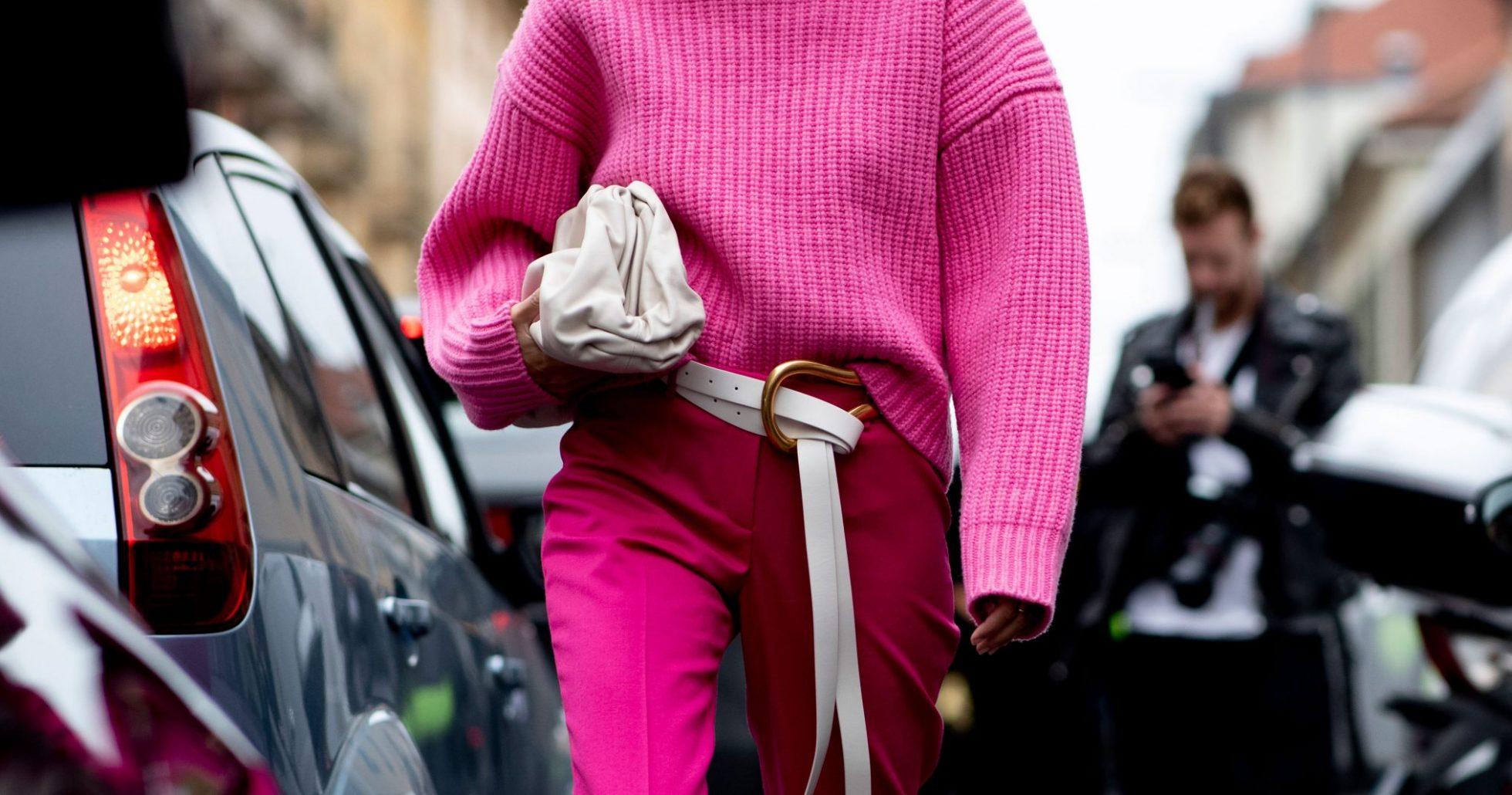 Rosa streetstyle-look från Milano Fashion Week ss20.