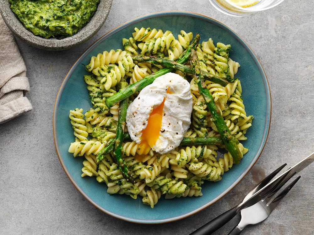 Pasta med pesto, sparris och pocherat ägg.