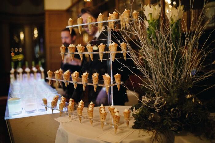 Laxtartar-strutar med yuzu-crème fraiche.