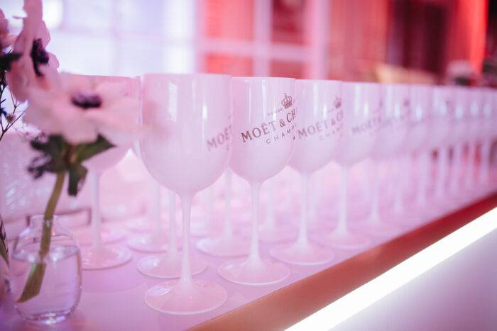 Servera Moët & Chandon Ice Impérial i vinglas med is.