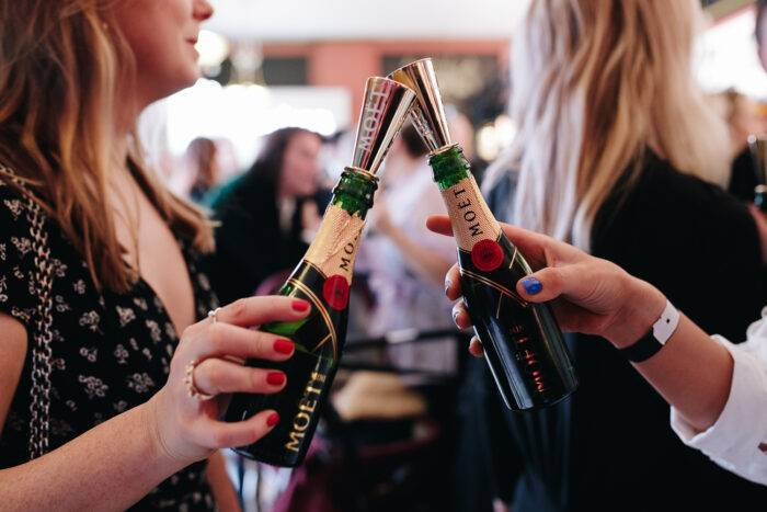Snyggt och praktiskt med små champagneflaskor!