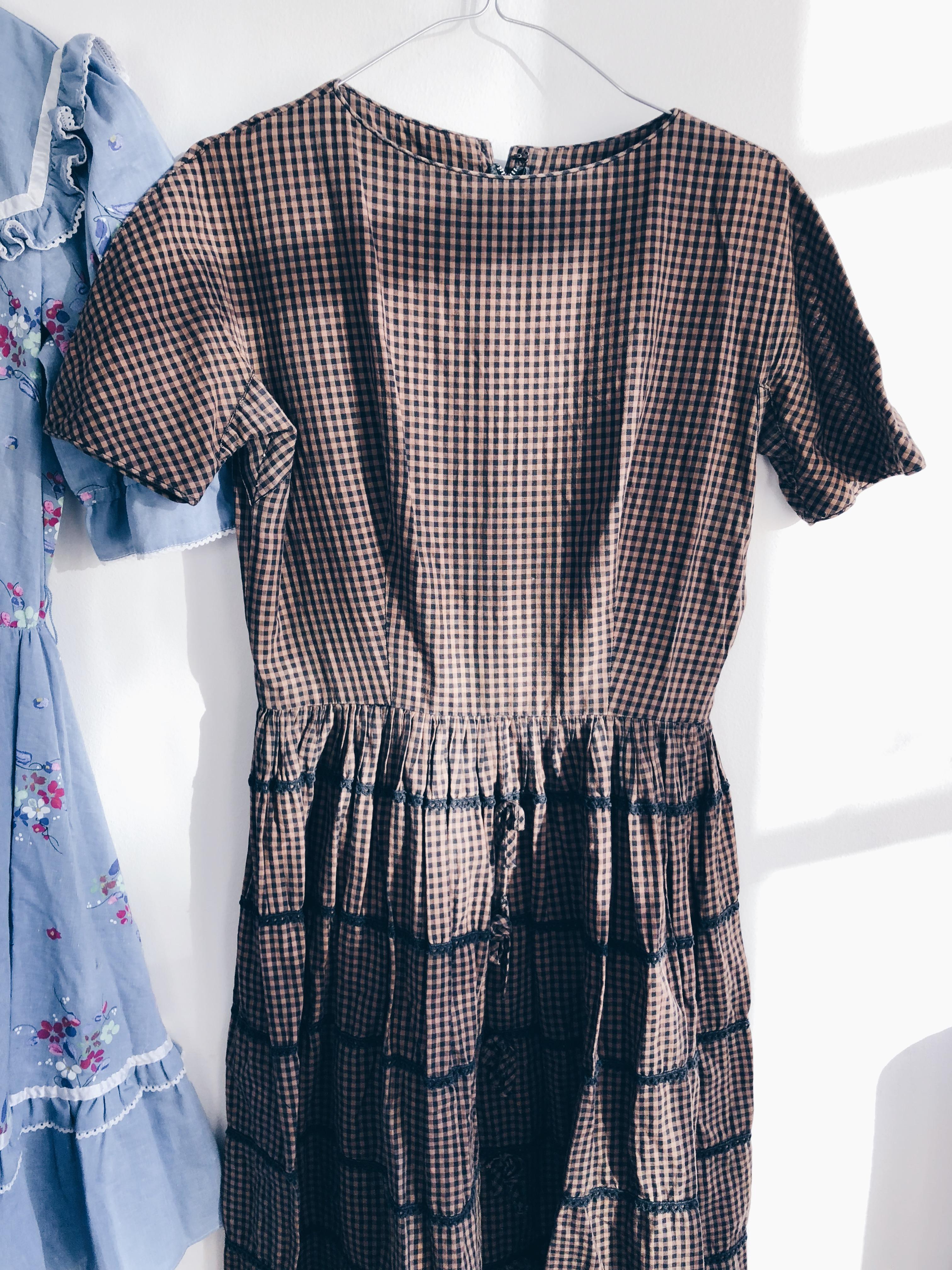 295014260545 SÅLD Blå gullig klänning med volang och knappar, 200:- i ca storlek 40.