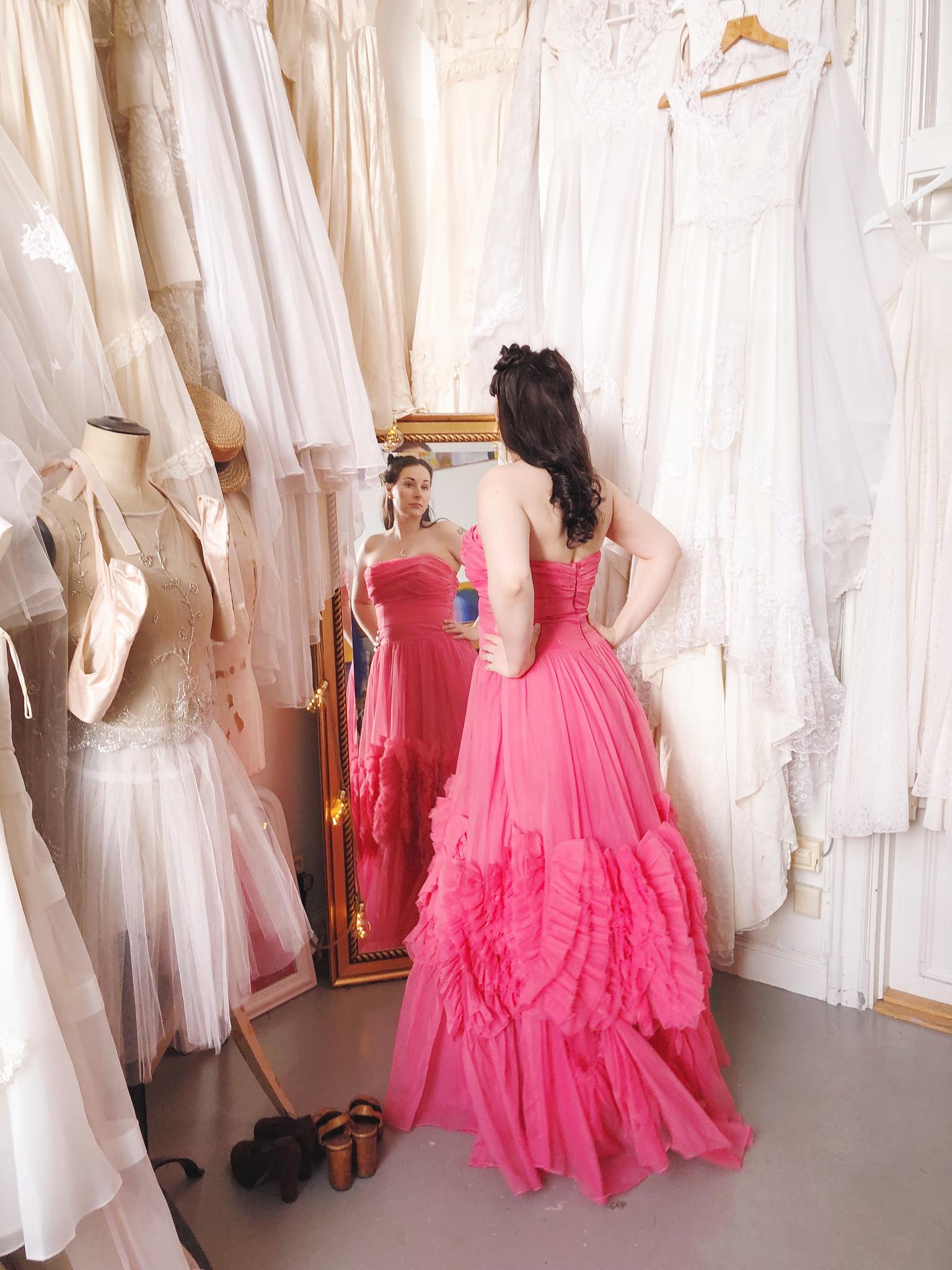 0708c3214dc9 En brud fick testa min gamla bröllopsfestklänning! Dags för mig att modella  lite klänningar i ateljén kanske? Ibland tänker jag att jag ju måste prova  dem.
