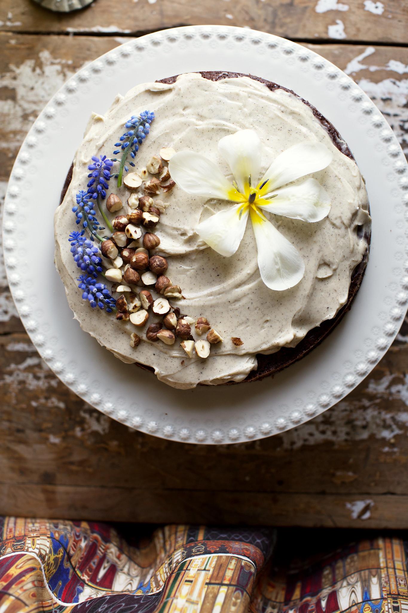 Recept – rödbetschokladkaka med rostade hasselnötter och vaniljfrosting