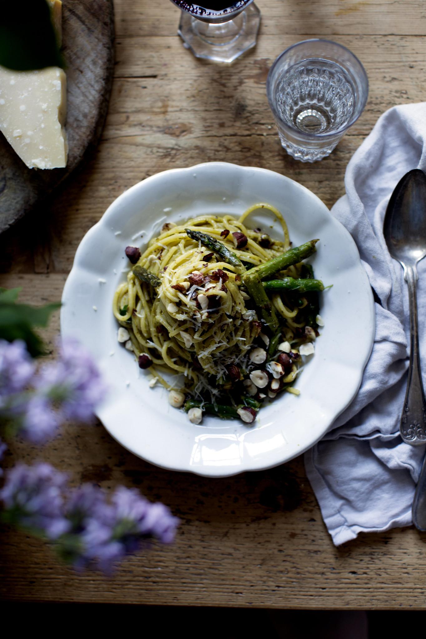 Grön spagetti med massa vitlök, sparris, parmesan, pesto och hasselnötter