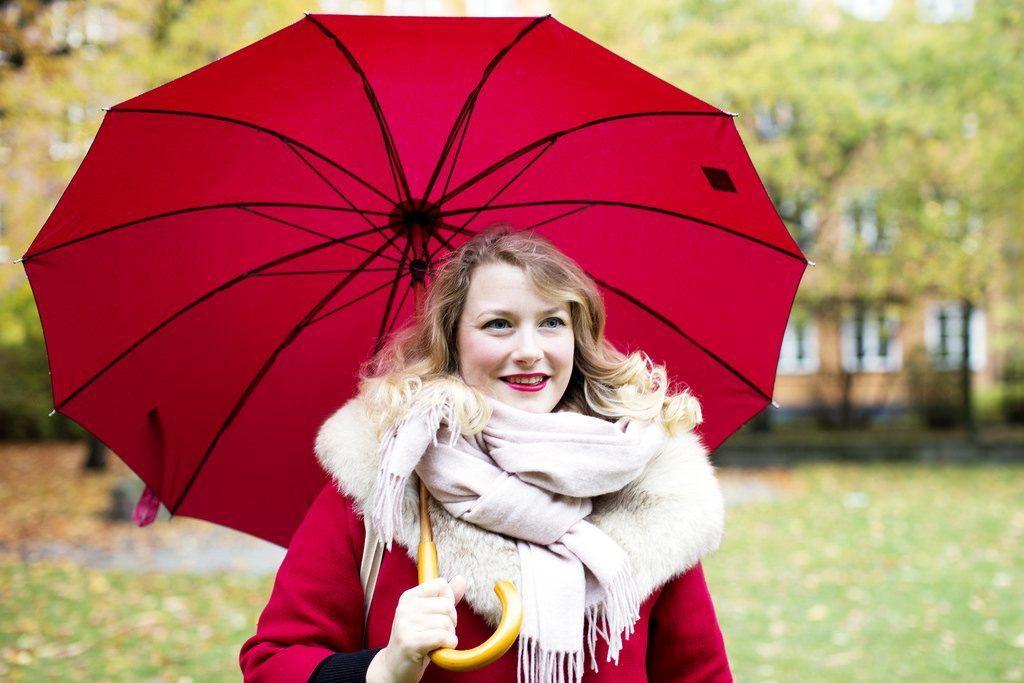 Rött paraply och barnvagnsbio