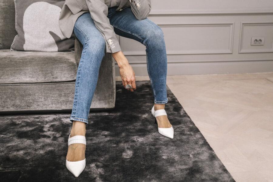 5b16872e831 Kavaj (reklamlänk via Apprl) , T-shirt (reklamlänk via Apprl) och jeans  (reklamlänk via Apprl) ; Arket, skor & halsband; Prada.