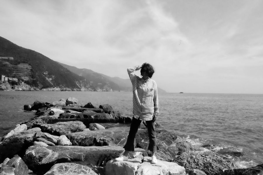 Nina Campioni visar dagens look i Monterosso, Cinque Terre