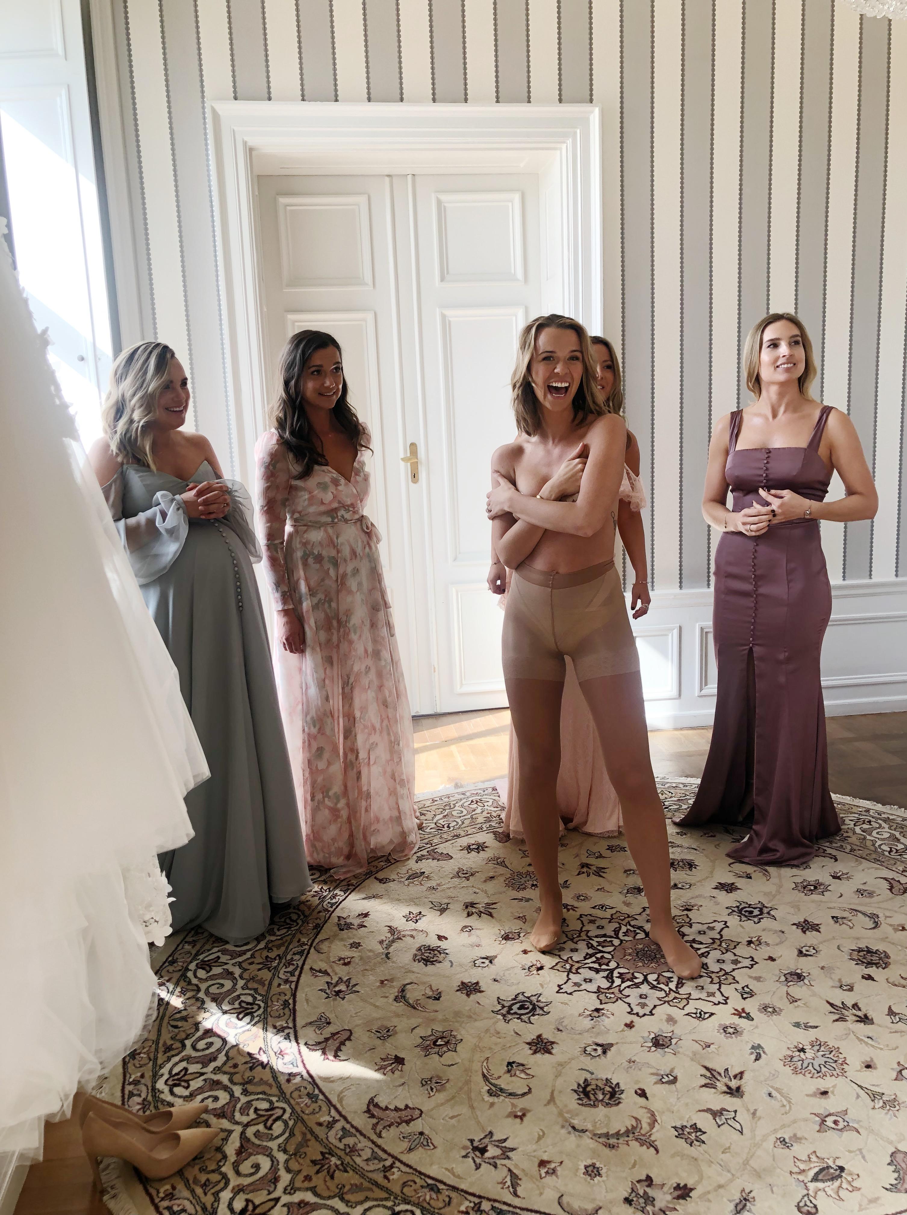 8fafbbb8eb7b 12.30 – Fotograferingen började då tjejerna klädde på mig brudklänningen.  Jag var övertaggad… Sjukt nog känner jag mig fortfarande inte trött, ...