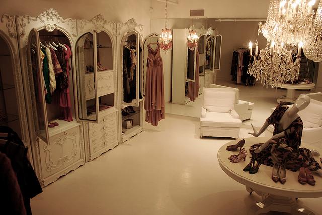 f637ab3dd614 Jill Stuart gör romantiska klänningar i sextiotalsskärning. Glom inte att  spana in nedervåningen med noga utvald second hand-plagg.