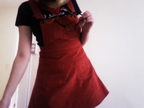 a7df8d0b30c0 Här är min halvnya hängselklänning från Asos. Jag köpte den i höstas men  har inte riktigt använt förrän jag gick till skräddaren och kortade den  ungefär ...