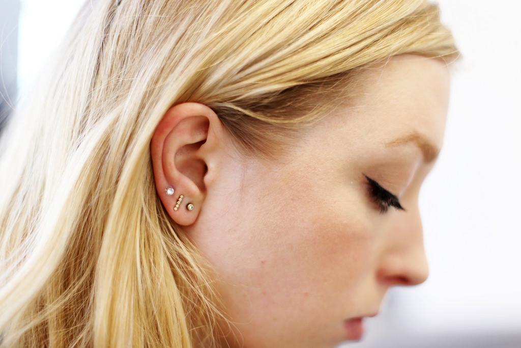 rengöring hål i öronen