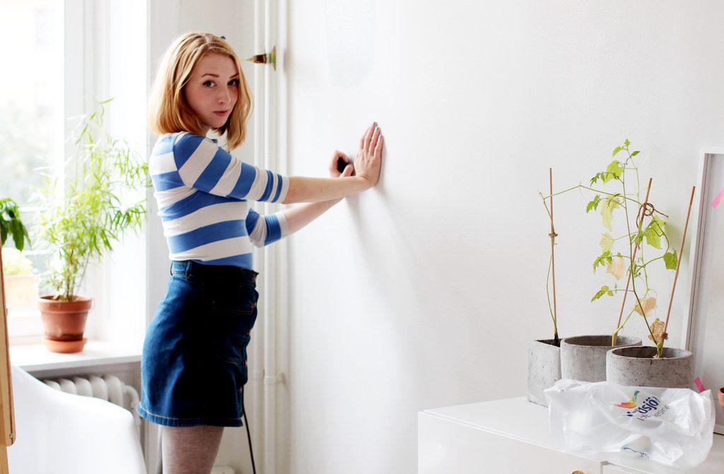 att måla en vägg i vardagsrummet.