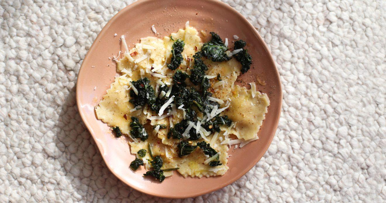 ravioli med jordärtskocka och brynt smör.