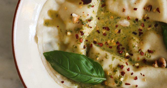 ost- och räkfyllda ravioli i basilikabuljong.