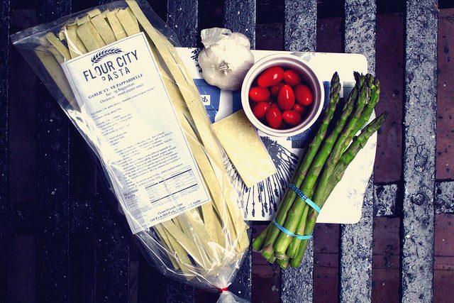 pasta med sparris och körsbärstomater.