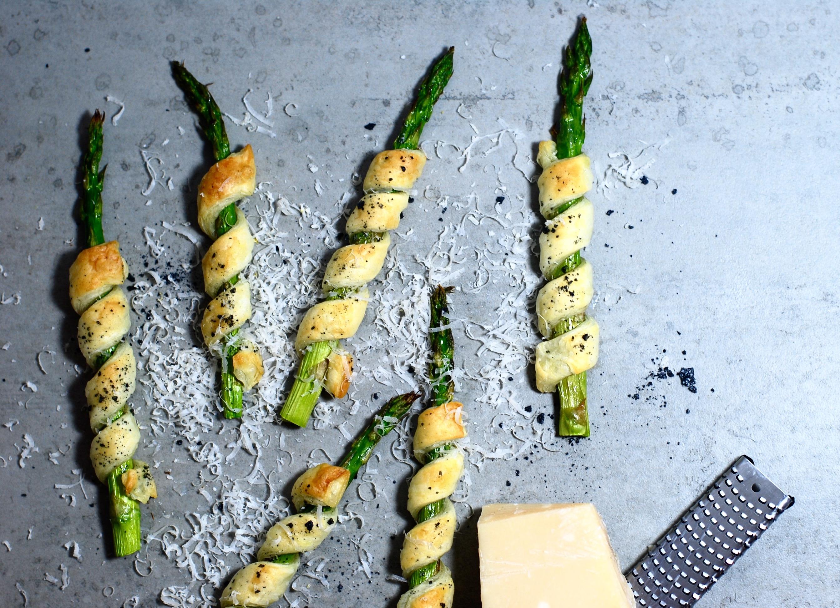 Smördegs-lindade gröna sparris med svart flingsalt & parmesan!